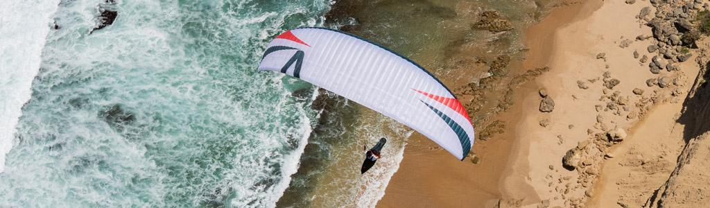 Voile de parapente Arak air blanche au dessus de la mer