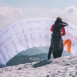 Voile de parapente blanche X-Alps 4 de Skywalk au décollage