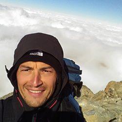Paul, moniteur de parapente au sommet d'une montagne