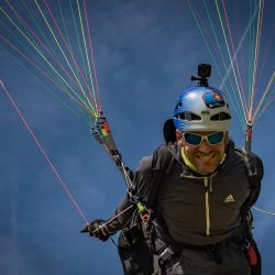 Photo de Eric Varlet souriant sous son parapente